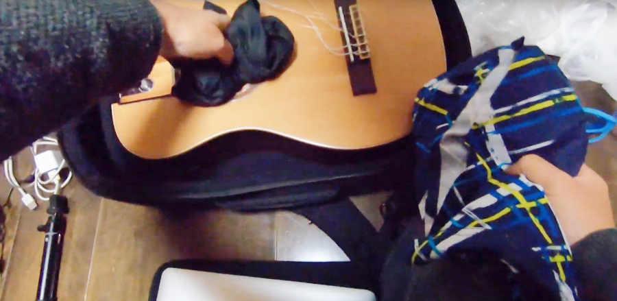 トラベルギターに詰め込む