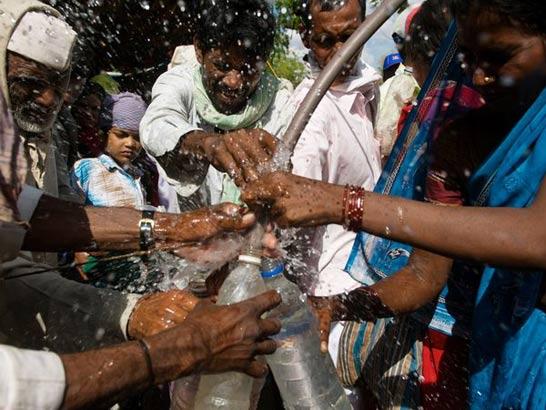 口はつけない!インド式水の飲み方