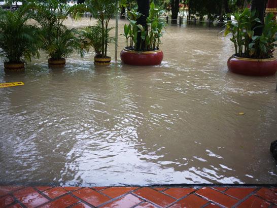 洪水のため夜中1時にホテルの2階へ移動。水浸しのシェムリアップ