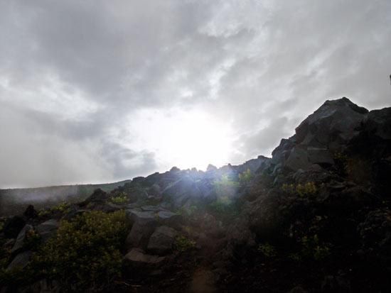 ピーク時の富士登山。宿泊の際、山小屋は必ず予約すべし