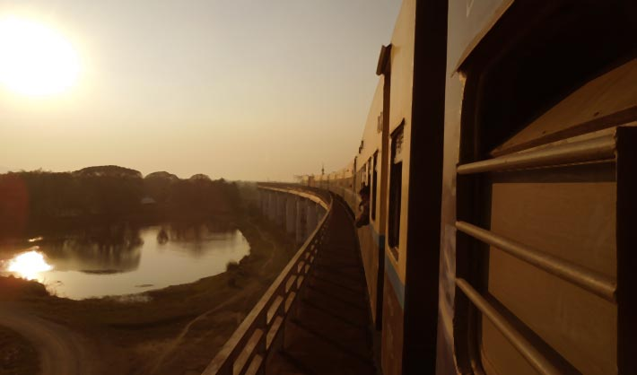 揺れがひどいが景色は最高。バゴーからモウラミャインへの列車の旅