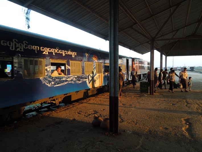 バゴーからモウラミャインへ列車の旅