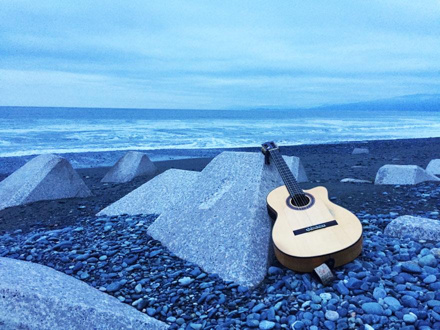 海辺でギター