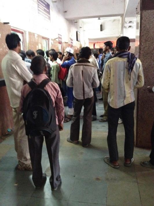 駅の切符売り場の行列 インド