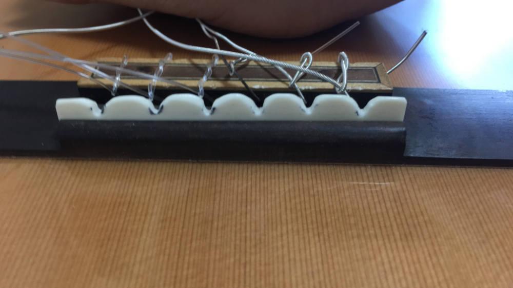トラベルギターのサドルを削る