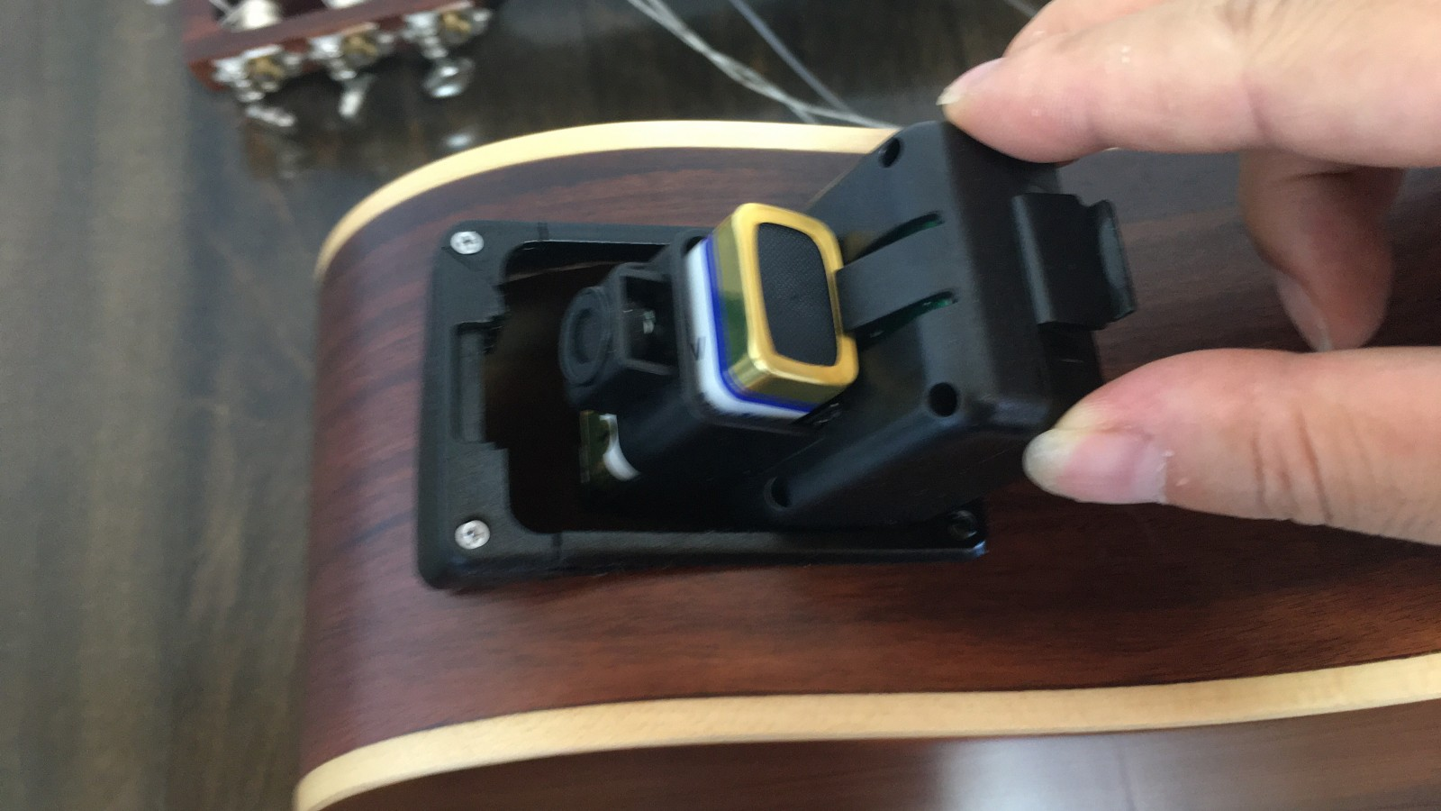 トラベルギターにプリアンプ装着