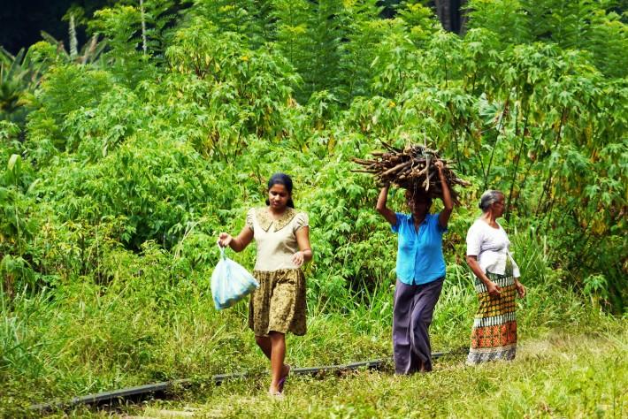 線路上を歩くスリランカ人