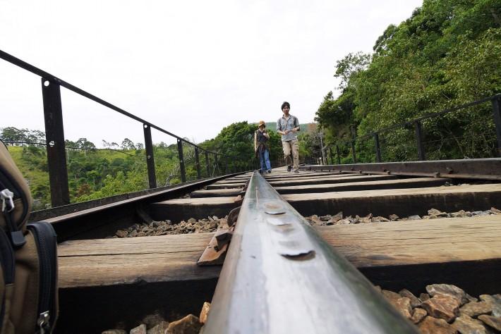 線路の鉄橋の上で