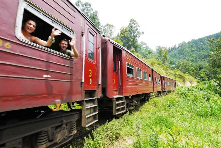列車とすれ違う