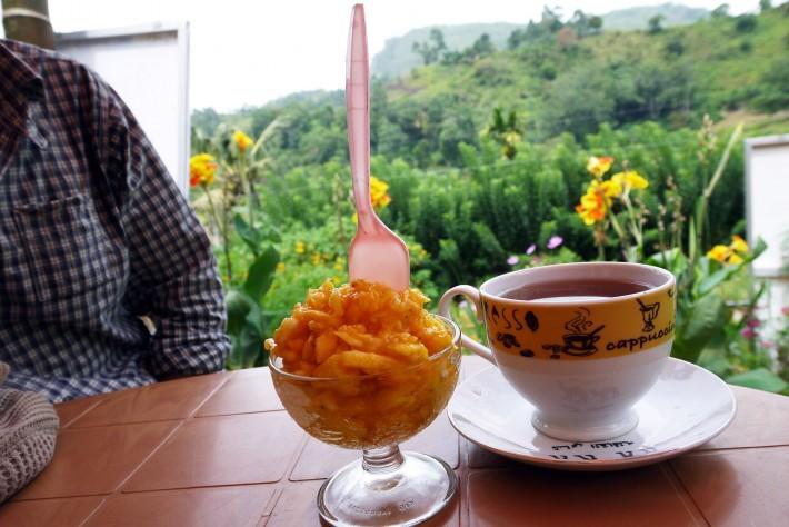 線路沿いのカフェ
