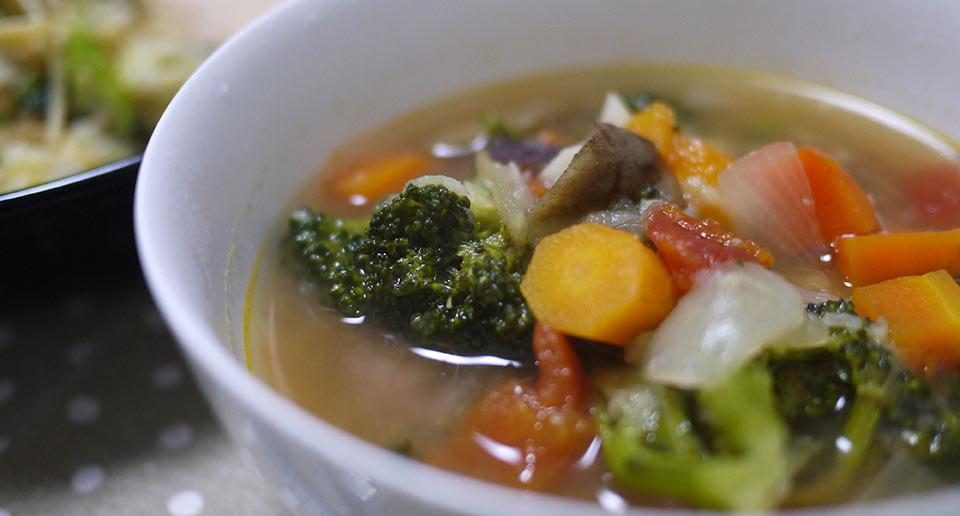 鶏むね肉の入った野菜スープ