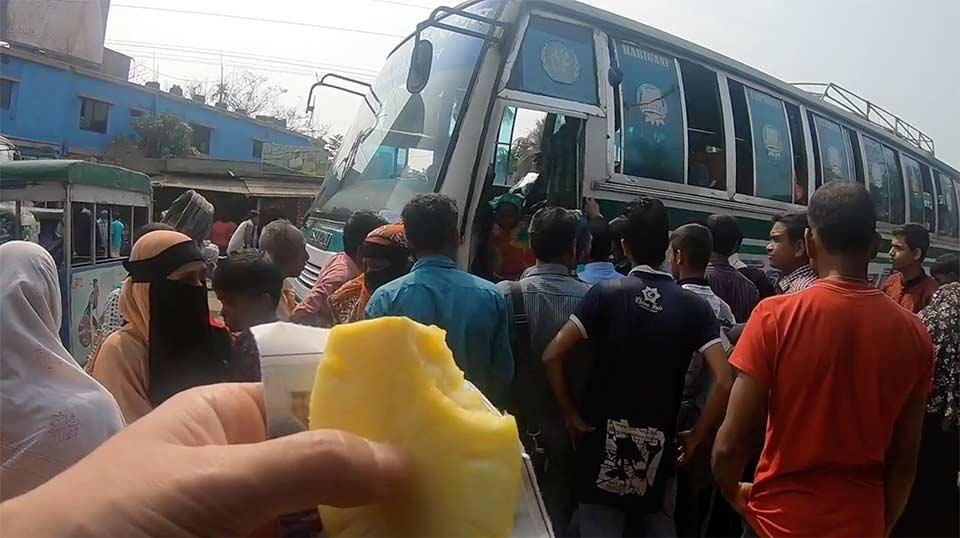 スリモンゴルでシレット行きのバスに乗る