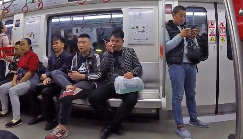 中国の列車車内で電話