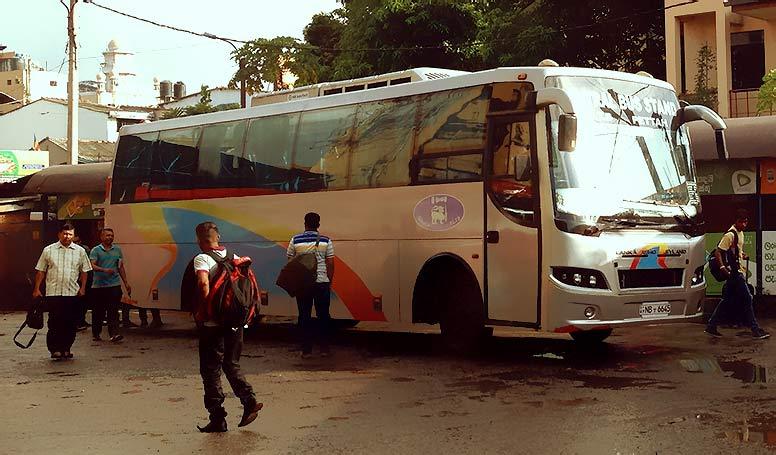 コロンボの空港から市街地へ。町の様子は優しいインド風