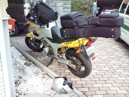 楽しい過積載。大型バイクでギター2本とバッグを運ぶ方法