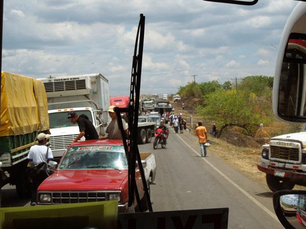 バス乗車中に道路封鎖に遭遇。徒歩で移動することに