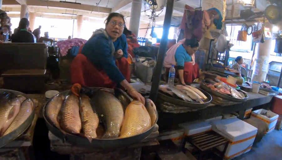 イマ・マーケットで魚を売る女性