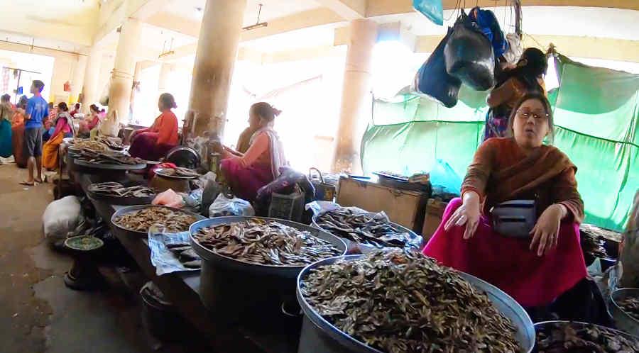 イマ・マーケットで小魚を売る女性