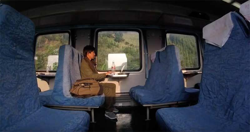 河口への列車の中でPC作業