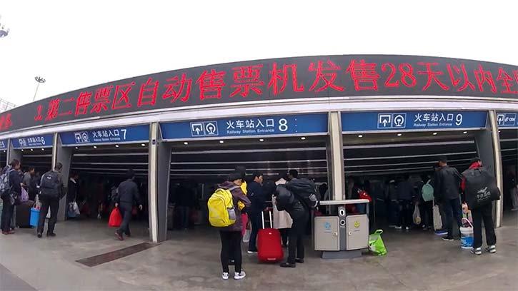 昆明駅の入口