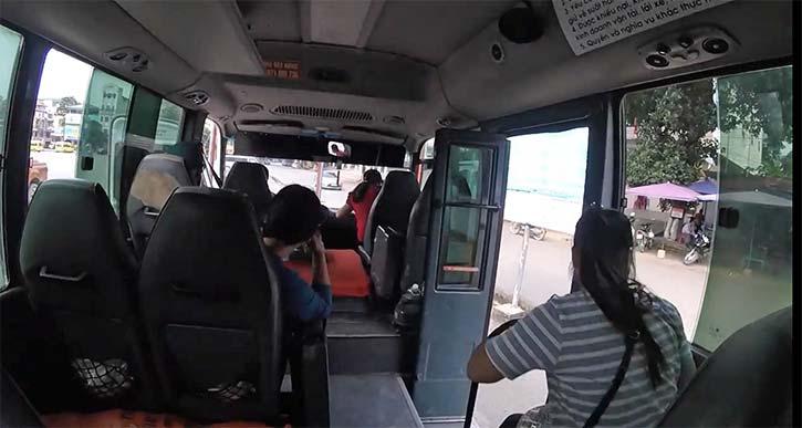 サパ行きのミニバス