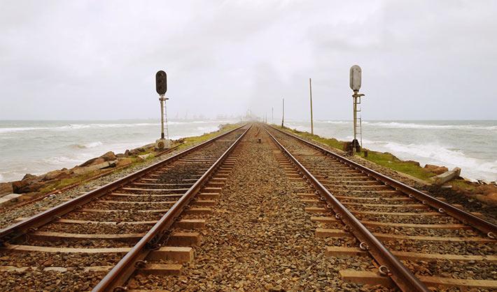 すぐ横が波打つ海!コロンボの海岸線を走る線路がイカしてる