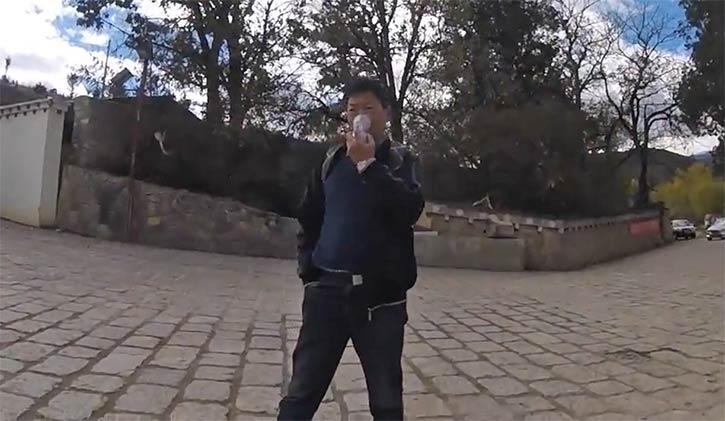 酸素ボンベを吸入する人