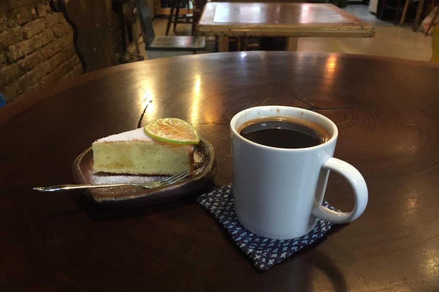 カフェ聶楼のコーヒーとレモンケーキ