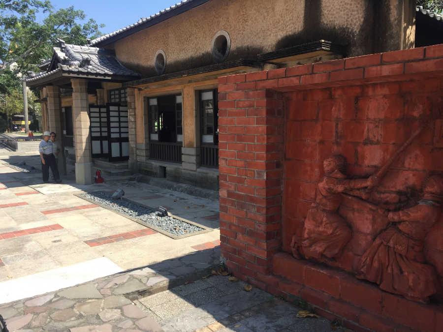 新化郡武徳殿の剣道レリーフ